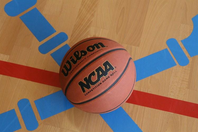 Piłka do koszykówki na parkiecie Hali SWFiS UJ