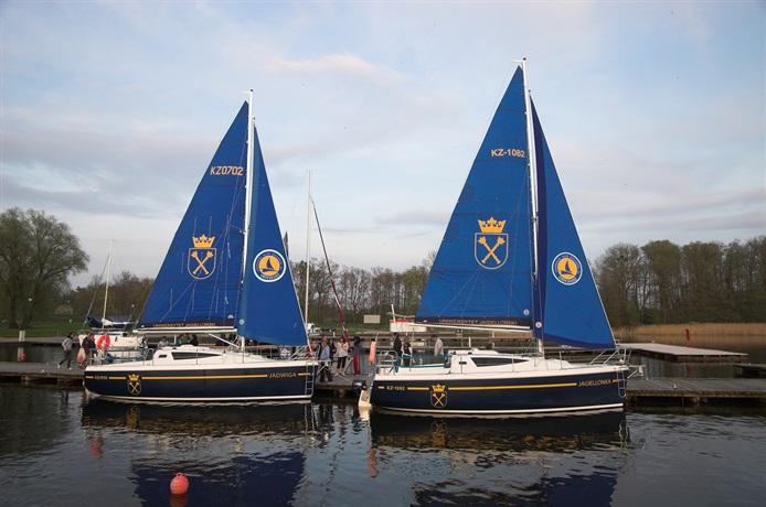Dwa jachty uniwersyteckie Jagiellonka i Jadwiga na jeziorze Niegocin